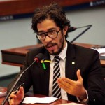 Deputado Jean Wyllys protocola projeto de lei de regulação da maconha e descriminalização da posse de drogas para consumo pessoal