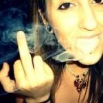 mulher mina fumando