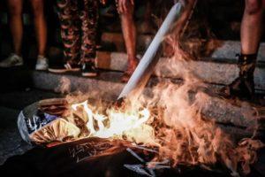 Alexandre de Moraes sendo queimado? Sem perder tempo, deixa acender meu baseado! Crédito: Alice Vergueiro